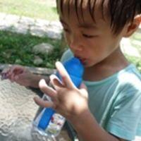 來自英國的Hugger Tritan彈跳吸管水壺~寶貝上學外出不可缺的最佳小幫手
