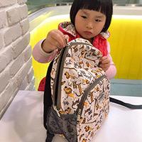 英國Hugger時尚孩童背包開箱實背| 逛街、戶外教學出門帶著Hugger趴趴造