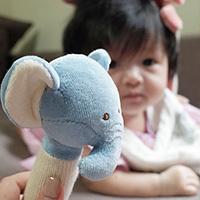 育兒分享|嬰兒玩具推薦,美國miYim有機棉安撫玩具 ,小布丁的玩樂新體驗